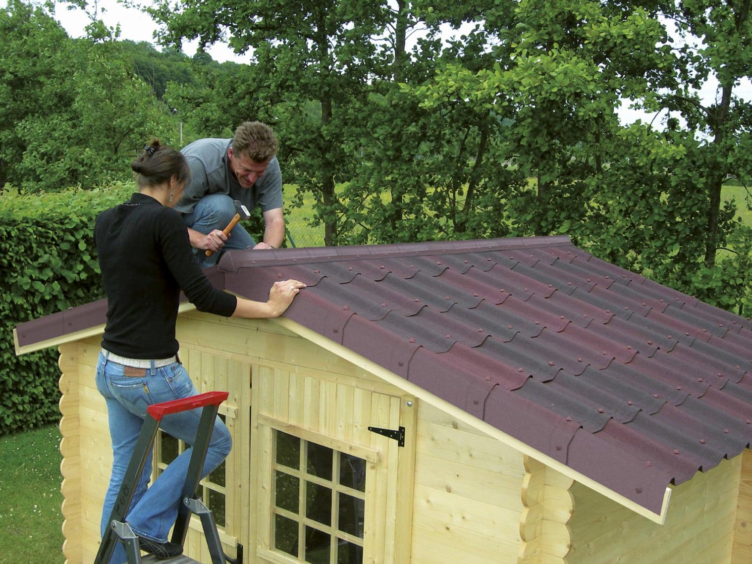 Comment faire la pose de rouleau bitume d 39 un abri de jardin - Rouleau de bitume pour abri de jardin ...